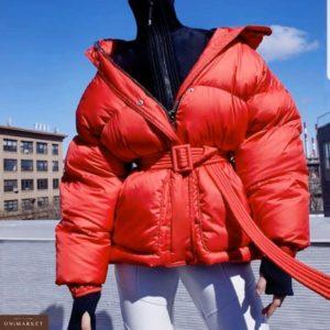 Заказать недорого женскую дутую с поясом куртку из плащевки красного цвета размеров больших дешево