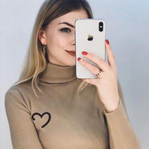 Заказать в подарок женский акриловый гольф с сердечком светло-коричневого цвета оптом Украина