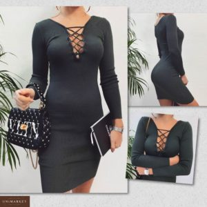 Заказать в подарок женское платье машинной вязки со шнуровкой на груди темно-зеленого цвета оптом Украина