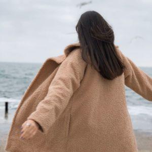 Заказать в интернет-магазине женскую эко шубу с поясом на утеплителе slimtex бежевого цвета батал дешево
