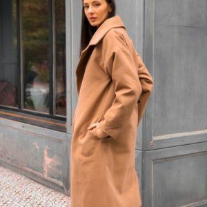 Заказать недорого женское кашемировое пальто с поясом на стёганной синтепоновой подкладке цвета коричневого размеров больших дешево