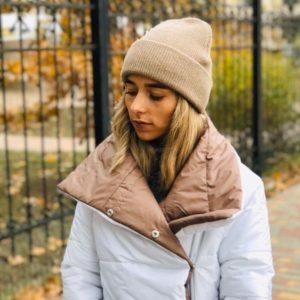Замовити в подарунок жіночу зимову шапку з ангори бежевого кольору оптом Україна