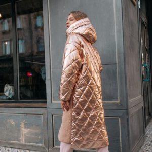 Заказать в подарок женская куртка с капюшоном длинная из букле и стеганой плащевки золото + карамель недорого