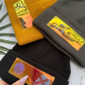 Приобрести в интернет-магазине женскую шапку молодежную с нашивкой черного цвета дешево