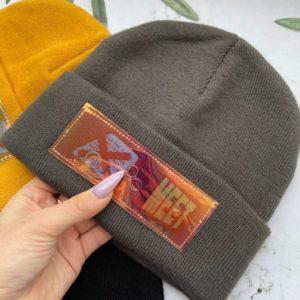 Заказать в подарок женскую молодежную шапку с нашивкой графитового цвета оптом Украина