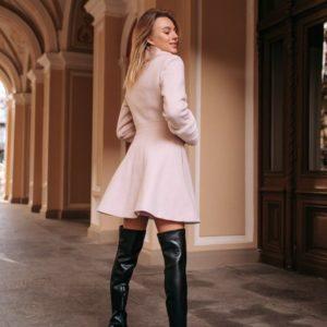 Заказать в подарок женское утепленное зимнее пальто на синтепухе с пуговицами розового цвета оптом Украина