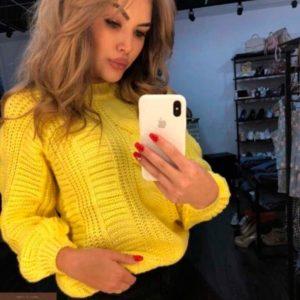 Купить в подарок женский укороченный свитер узорной вязки цвета желтого оптом Украина
