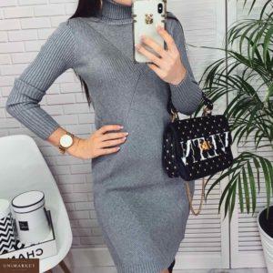 Купить недорого женское платье из вязки - гольф с фактурным узором серого цвета в подарок