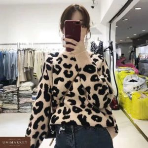 Купить недорого женский свитер из вязки с животным принтом бежевого цвета в подарок