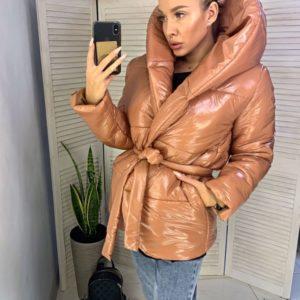 Заказать дешево женскую куртку с капюшоном на синтепоне зимнюю цвета светло-коричневого недорого
