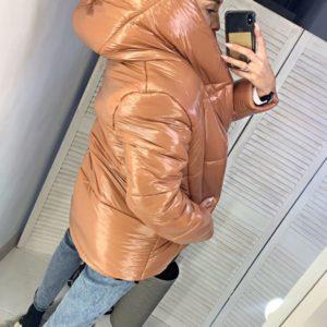 Купить недорого женскую зимнюю куртку на синтепоне с капюшоном светло-коричневого цвета в подарок