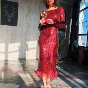 Приобрести в интернет-магазине платье вечернее из стрейч - пайетки с перьями внизу и открытой спиной цвета бургунди на новогоднюю вечеринку дешево