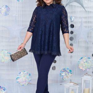 Заказать в интернет-магазине женский костюм: кофта из гипюра со стойкой воротником + брюки синего цвета батал дешево