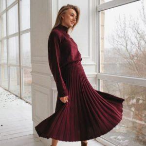 Замовити в подарунок жіночий костюм в'язаний: спідниця плісе і об'ємний светр кольору шоколадного дешево
