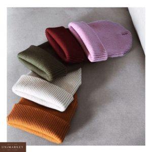 Купить недорого женскую шапку в рубчик из шерсти и акрила белого цвета в подарок