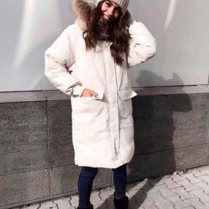 Купить недорого женскую куртку длинную на молнии и заклепках с капюшоном белого цвета в подарок