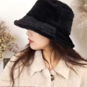 Заказать в подарок женскую панаму шляпу зимнюю однотонную на меху черного цвета оптом Украина
