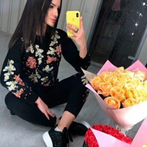 Приобрести в интернет-магазине женский костюм прогулочный с вышивкой цвета черного дешево