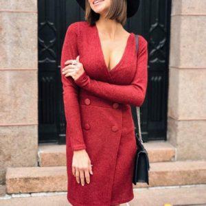 Приобрести в интернет-магазине женское платье приталенное с пуговицами из трикотажа рубчик цвета бордового на новогоднюю вечеринку дешево