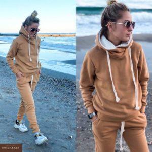 Заказать в интернет-магазине женский теплый спортивный костюм на флисе с капюшоном бежевого цвета батал дешево