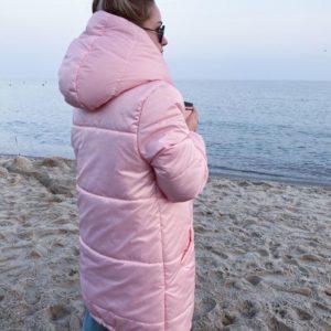 Приобрести в интернет-магазине женскую куртку «зефирка» зимнюю с капюшоном и утеплителем нежно-розового цвета дешево