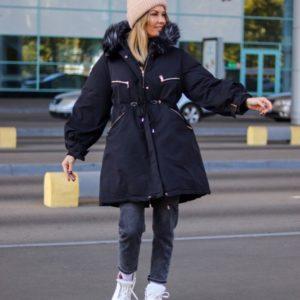 Заказать в подарок женскую парку зимнюю с широкими рукавами и капюшоном цвета черного дешево