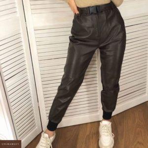 Приобрести недорого женские штаны из экокожи с поясом черного цвета оптом Украина