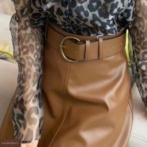 Приобрести недорого женскую юбку миди из экокожи с широким поясом в комплекте бежевого цвета оптом Украина