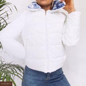 Заказать в подарок женскую куртку на холофайбере короткую двухстороннюю цвета белого недорого