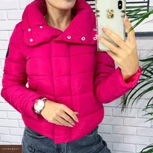 Приобрести в интернет-магазине женскую дутик куртку на кнопках и холофайбере короткую малинового цвета дешево