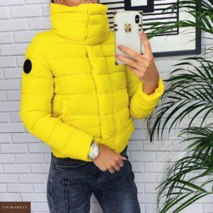 Заказать в подарок женскую куртку короткую дутик на кнопках и холофайбере желтого цвета дешево
