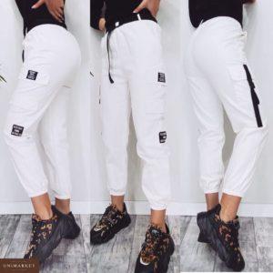 Заказать в подарок женские штаны карго с карманами и поясом белого цвета дешево