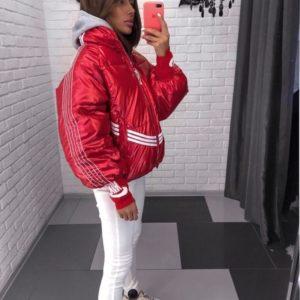 Заказать в подарок женскую куртку стильную с полосками на змейке красного цвета дешево