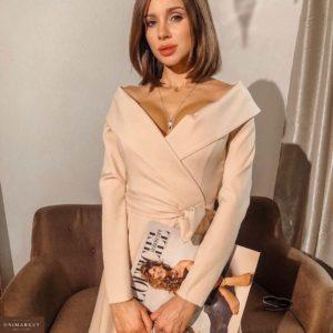 Купить дешево женское платье миди с поясом на запах и открытыми плечами бежевого цвета на вечеринку в подарок