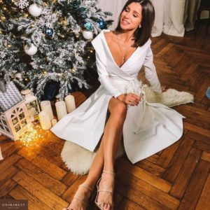 Заказать в подарок платье женское миди на запах с поясом и плечами открытыми молочного цвета на корпоратив недорого