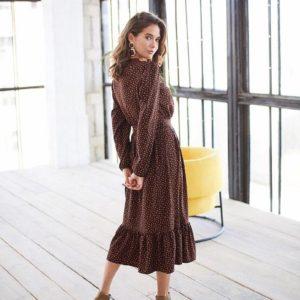 Заказать в подарок женское миди платье на запах в мелкий горох цвета коричневого дешево