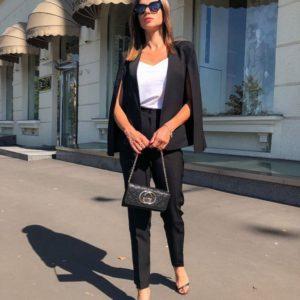 Купить дешево женский костюм: брюки + кейп на подкладке черного цвета в подарок