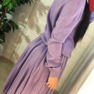 Приобрести дешево женский костюм из вязки с юбкой плиссе и шерстью цвета сирени недорого