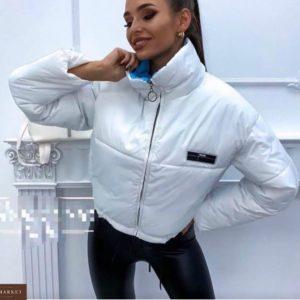 Купить дешево женскую куртку на весну короткую сзади змейка белого цвета в подарок
