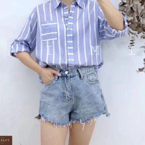 Приобрести недорого женскую хлопковую рубашку в полоску с карманом на груди голубого цвета оптом Украина