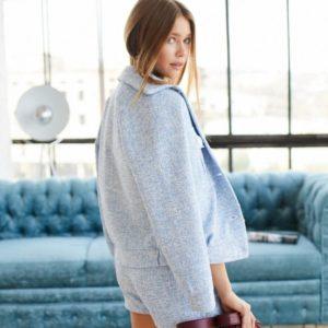 Заказать в подарок женский костюм: юбка-шорты + бомбер из твида цвета голубого дешево