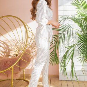 Заказать в подарок женский костюм в полоску брючный с поясом цвета белого недорого