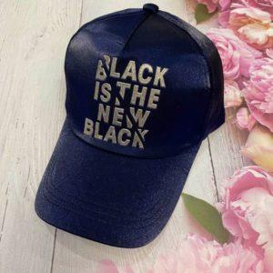 Заказать в подарок кепку женскую с надписью Black is the new black темно-синего цвета дешево