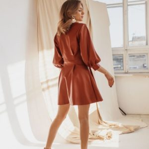 Приобрести недорого женское платье мини из кожи на замше в комплекте с беретом коричневого цвета оптом Украина