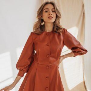 Заказать в подарок женское мини платье из кожи на замше в комплекте с беретом цвета коричневого дешево