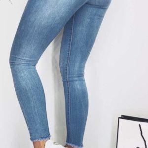 Купить выгодно женские голубые джинсы американка с необработанным краем в Украине