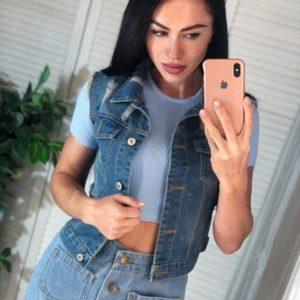 Купить женскую джинсовую жилетку на пуговицах с карманами дешево