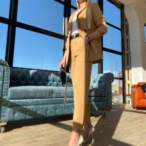Купить в интернет-магазине женский костюм брючный с двубортным пиджаком на подкладке цвета кэмел онлайн