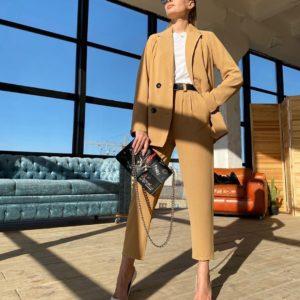 Заказать недорого женский костюм брючный с двубортным пиджаком на подкладке цвета кэмел в Украине