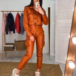 Приобрести недорого женский костюм из эко кожи: брюки-джоггеры с высокой талией и укороченная куртка коричневого цвета оптом Украина